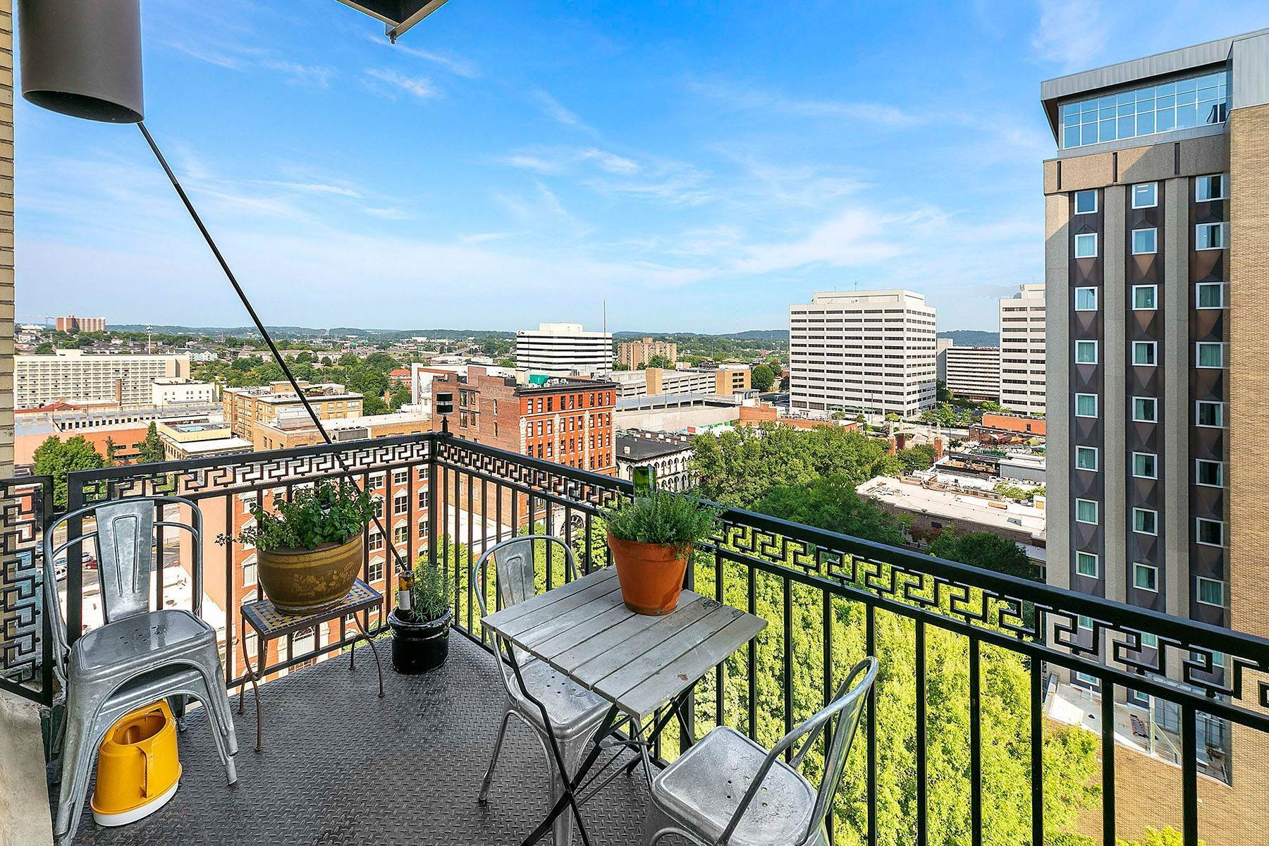 16. Single Family Homes for Sale at Luxuriously Appointed Downtown Condo 531 S. Gay Street #1202 Knoxville, Tennessee 37902 United States