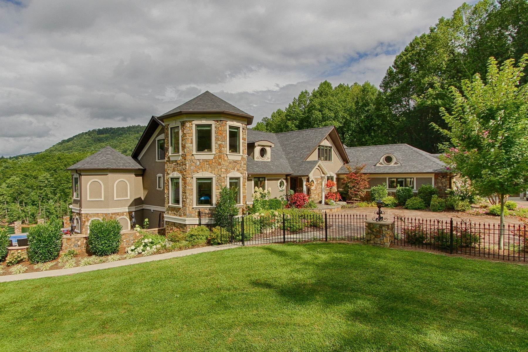 3. Single Family Homes for Sale at Water Front Estate On Watauga Lake 381 Big Oak Drive Butler, Tennessee 37640 United States