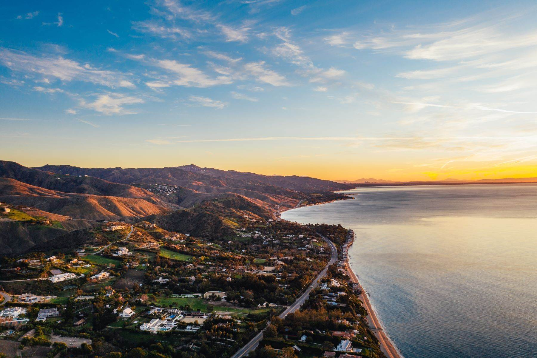 20. Single Family Homes for Sale at Mar de Amor 27930 Pacific Coast Highway Malibu, California 90265 United States